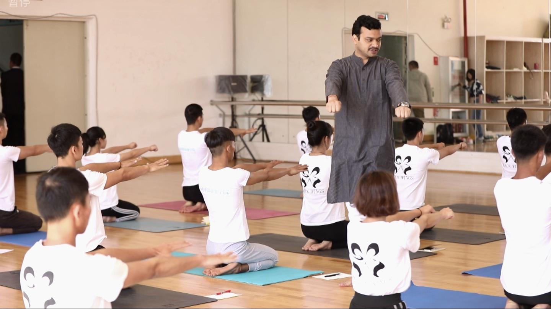 tập yoga với HLV